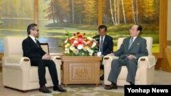 북한 김영남 최고인민회의 상임위원회 위원장이 22일 평양 만수대의사당에서 마르티 나탈레가와 인도네시아 외무상을 만나 대화를 나눴다고 조선중앙통신이 보도했다.