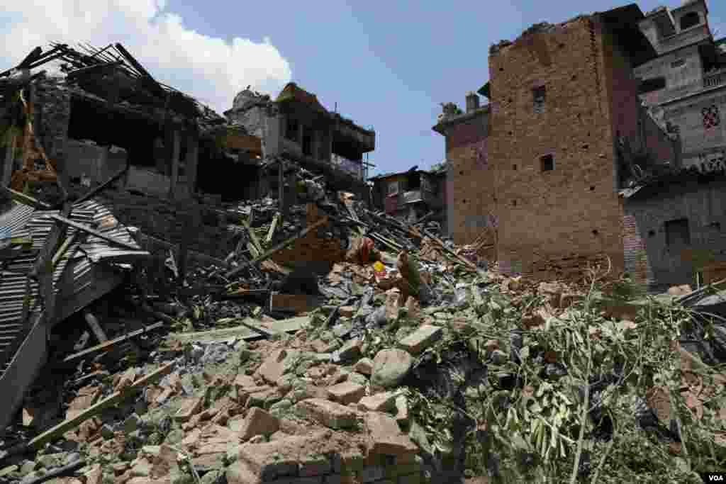 Birleşmiş Milletler'e göre, deprem ülkedeki nüfusun dörtte birinin hayatını olumsuz etkiledi. Onbilerce ev ya yıkıldı ya da kullanılamaz hale geldi. (The earthquake affected 25 percent of Nepal's population. Tens of thousands of homes have either been destroyed or rendered uninhabitable. )