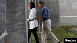 美國總統奧巴馬和第一夫人米歇爾進入南非羅本島監獄參觀。