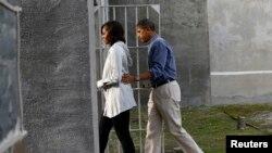 奥巴马总统和第一夫人参观囚禁过曼德拉的南非罗本岛监狱