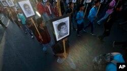 El informe fue realizado por un miembro del equipo investigador, y es el más reciente giro al caso de los 43 estudiantes desaparecidos de Ayotzinapa.
