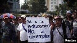 En el transcurso de los tres días, se unirán al debate la Organización Internacional del Trabajo (OIT), el Banco Interamericano de Desarrollo (BID), el Banco Mundial y la Organización Panamericana de la Salud (OPS).En esta foto, profesore de Guatemala protestan pidiéndo mejores condiciones laborales.
