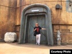 Komikus Ario Anindito saat mengunjungi atraksi Star Wars di Walt Disney World, Florida, AS (dok Ario Anindito)