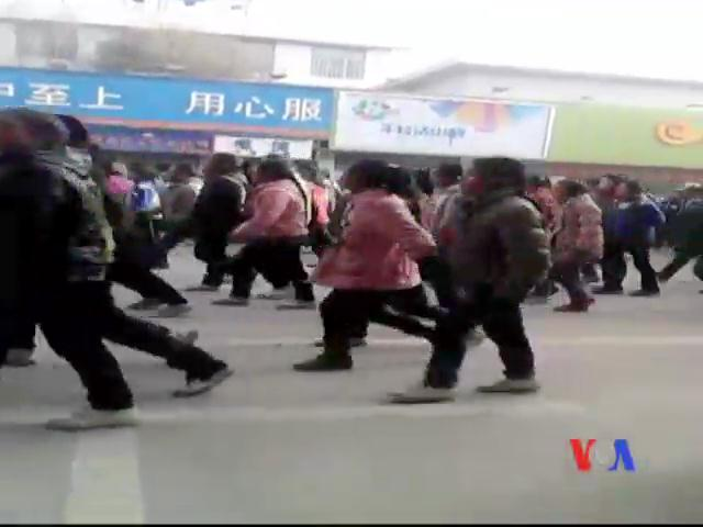 Thousands of Tibetan students today took to the streets in Rebgong in north-eastern Tibet