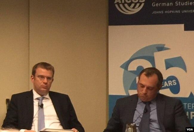 德國眾議院基社盟(CSU)議員賴因哈德·布蘭德爾(Reinhard Brandl)(左一,美國之音葉林拍攝)