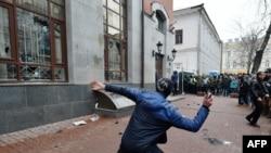 Des militants de plusieurs partis ultranationalistes ukrainiens lancent des pierres et des œufs aux fenêtres du bâtiment Rossotrudnichestvo (Centre russe des sciences et de la culture), à Kiev, le 18 février 2018.