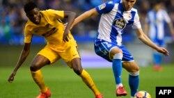 Le milieu de terrain ghanéen de l'Atletico Madrid, Thomas Partey, à gauche, en duel avec Lucas Perez, attaquant espagnol du Deportivo La Coruna, lors du match de foot du RC Espagnol contre le Club Atletico de Madrid au stade Municipal de Riazor à La Corog