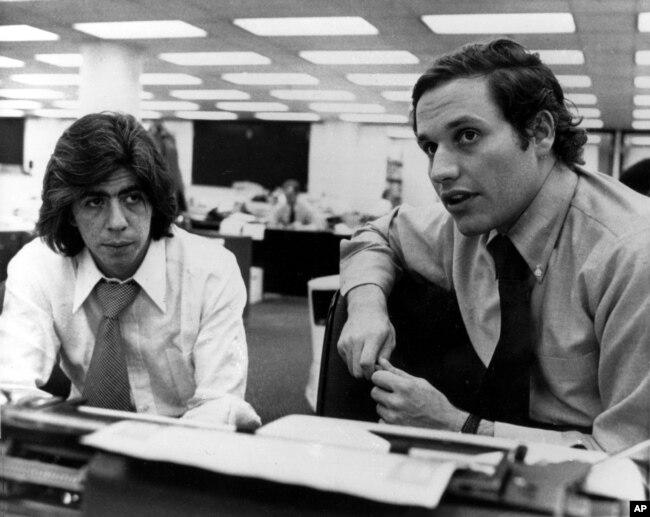 Wartawan Washington Post, Carl Bernstein (kiri) dan Robert Woodward di Washington, D.C., 7 Mei 1973. (Foto: dok).