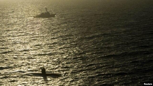 El estrecho de Ormuz se ubica en el golfo de Omán, en la costa norte se localiza Irán y en la costa sur el exclave omaní de Musandam.