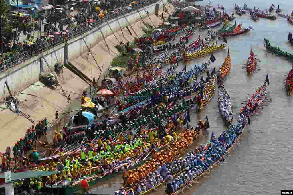Barcos preparam-se para regata junto ao palácio real em Phnom Penh, no Cambodja.
