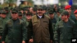 Николас Мадуро (в центре), генерал Владимир Падрино Лопес (слева), и командующий стратегическими операциями, адмирал Ремихио Себальос. Форт Тиуна, Каракас, Венесуэла, 2 мая 2019