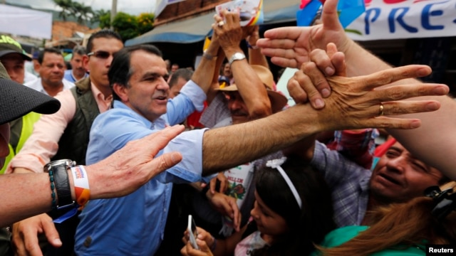 Colombian presidential candidate Oscar Ivan Zuluaga greets supporters during a closing campaign rally in Villeta, May 17, 2014.