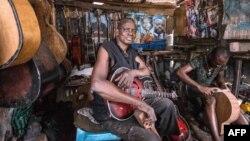 Misoko Nzalaya Jean Luther, alias Socklo, un luthier à Kinshasa, le 22 mars 2017.