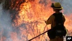 "Cerca de 7.500 bomberos luchan por apagar el denominado ""King Fire"" que arde al este de Sacramento."