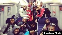 El jugador James Harden publicó a través de su cuenta en Twitter la foto en la que aparece junto a sus compañeros de equipo en el tren de Londres. [Foto: @JHarden13 vía Twitter]