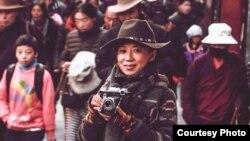 藏族作家唯色在西藏首府拉薩 (照片由唯色提供)