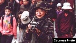 藏族作家唯色在西藏首府拉萨 (照片由唯色提供)