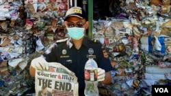 Tabloid dan botol plastik minuman asal Australia ditunjukkan petugas Bea Cukai di Terminal Petikemas Surabaya, 9 Juli 2019. (Foto: Petrus RiskiVOA)