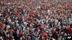 مینار پاکستان پر عمران خان کے جلسے کا ایک منظر (فائل فوٹو)