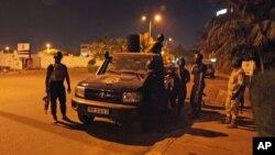Tentara Mali bersiaga dekat kantor misi militer Uni Eropa di Bamako (21/3). (AP/Baba Ahmed)