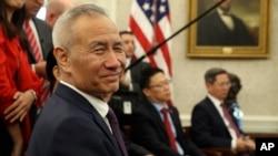 Phó Thủ tướng Trung Quốc Lưu Hạc lắng nghe trong một cuộc gặp gỡ Tổng thống Mỹ Donald Trump trong Phòng Bầu dục của Nhà Trắng ở Washington, ngày 11 tháng 10, 2019.