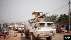 Les contingents égyptiens et portugais des Nations Unies patrouillent dans le quartier PK5 à prédominance musulmane de Bangui, le 27 janvier 2018.