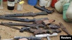 ອາວຸດຈຳນວນນຶ່ງທີ່ທະຫານຢຶດໄດ້ ຫຼັງຈາກບຸກເຂົ້າໄປກວດຄົ້ນ ບ່ອນຫຼົບລີ້ຂອງກຸ່ມມຸສລິມຫົວຮຸນແຮງ Boko Haram ທີ່ເມືອງ Kano ໃນພາກເໜືອຂອງໄນຈີເຣຍ (11 ຕຸລາ 2012)