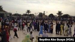 Les fidèles font la queue pour accéder au Mausolée du fondateur du mouridisme à Touba, Sénégal, 8 novembre 2017. (VOA/Seydina Aba Gueye)