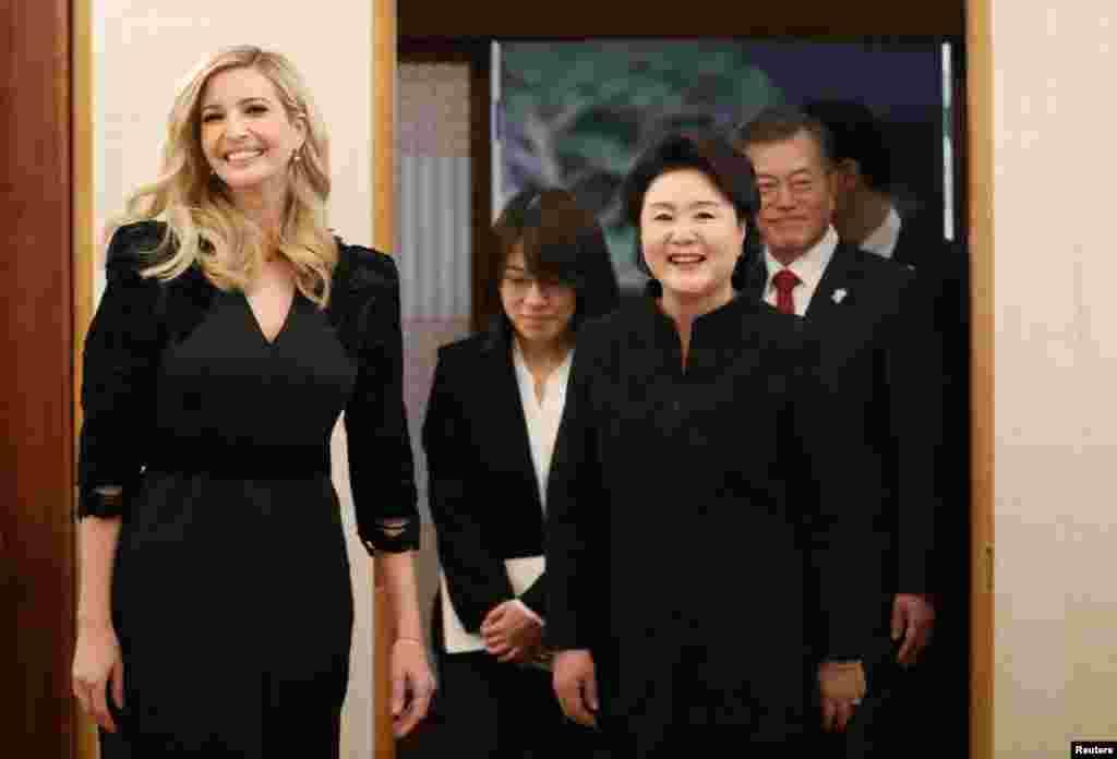 """2018年2月23日,韩国总统文在寅及其夫人 金正淑和白宫顾问、美国总统川普的女儿伊万卡·川普在韩国首尔的总统府青瓦台准备共进晚餐。 伊万卡说: """"能跟美国代表团一起到韩国是莫大的荣幸。我们很高兴能在2018冬奥会上为美国队加油,并且重申我们将坚守对韩国长久以来的承诺。 """""""