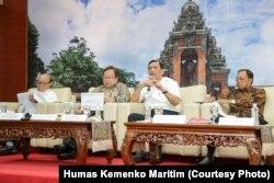 "Staf Khusus Menteri BUMN Sahala Lumban Gaol (kiri), Menteri PPN/Kepala Bappenas Bambang Brodjonegoro (kedua dari kiri), Menko Kemaritiman Luhut Binsar Pandjaitan (tengah), dan Gubernur Bali I Wayan Koster (kanan) menjawab pertanyaan wartawan dalam Diskusi Media Forum Merdeka Barat (FMB) 9 dengan tema ""Menakar Manfaat AM IMF-WBG 2018"", di Kementerian Keuangan (Kemenkeu), Jakarta, Senin, 17 September 2018. (Foto: Humas Kemenko Maritim)"