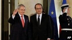 Tổng thống Pháp Francois Hollande chào đón Chủ tịch Cuba Raul Castro tại Điện Elysee, ngày 1/2/2016.