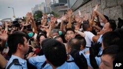 Sinh viên biểu tình đối đầu với cảnh sát địa phương bên ngoài cổng vào tòa nhà chính phủ ở Hong Kong, ngày 2/10/2014.