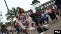 """Seratusan peserta IWD Bandung melakukan tari """"One Billion Rising"""" yang menyuarakan perlawanan terhadap kekerasan seksual, Bandung, Minggu, 8 Maret 2020. (Foto: Rio Tuasikal/VOA)"""