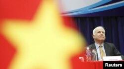 Cố Thượng nghị sỹ John McCain, trong bức ảnh chụp ngày 29/5/2015 tại một buổi nói chuyện với sinh viên Đại học Khoa học Xã hội và Nhân văn ở TPHCM, là một trong những người đã nỗ lực rất lớn cho tiến trình bình thường hoá quan hệ giữa Mỹ và Việt Nam.