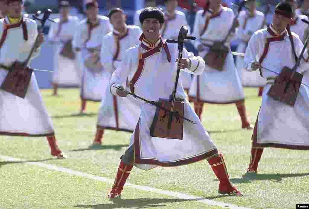 Các nhạc công trình tấu nhạc cụ truyền thống Mông Cổ trong một buổi biểu diễn tại lễ khai mạc Hội chợ Nadam ở Xilinhot, khu tự trị Nội Mông Cổ.
