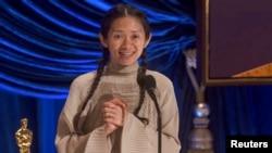 """ພາບສະໜອງໃຫ້ໂດຍອົງການຂ່າວ ABC, ທ່ານນາງ Chloe Zhao ກ່າວໃນການຮັບເອົາລາງວັນດີເດັ່ນສໍາລັບຜູ້ກໍາກັບການສະແດງເລື້ອງ """"Nomadland"""" ຢູ່ໃນງານມອບລາງວັນ Oscars ໃນວັນອາທິດ, ວັນທີ 25 ເມສາ, 2021"""
