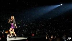 Taylor Swift tampil dalam Tur Dunia 1989 di Staples Center, Los Angeles, California (22/8).