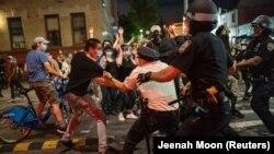 ნიუ-იორკი: აქციის მონაწილის დაკავების მომენტი