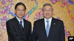 South Korean Foreign Minister Kim Sung-hwan, right, shakes hands with Chinese Vice Foreign Minister Zhang Zhijun before the high-level bilateral talks in Seoul, South Korea, December 27, 2011.