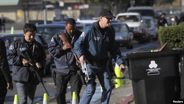 Polisi Los Angeles mengumpulkan senjata dari mobil warga pada program pembelian kembali senjata (26/12). (Reuters/David McNew)