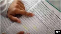 1 học sinh đọc sách tiếng Urdu tại 1 trường Hồi giáo ở Karachi, Pakistan, 5/11/2009