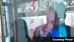 广州区伯通过视频与探望网友交谈(网友微博图片)