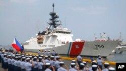 Anggota Penjaga Pantai Filipina menyambut kedatangan kapal WMSL 750 milik AS, setibanya di Manila, Filipina, 15 Mei 2019. (Foto: dok).