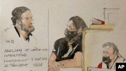 Terdakwa Salah Abdeslam (kiri dan tengah), dan ketua pengadilan Jean-Louis Peries (kanan), di ruang sidang khusus yang dibangun untuk sidang serangan 2015, 8 September 2021 di Paris, Prancis. (Noelle Herrenschmidt via AP)