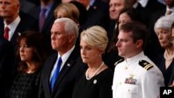 ဒုသမၼတ Mike Pence (ဝဲ) နဲ႔ ကြယ္လြန္သူ အထက္လႊတ္ေတာ္အမတ္ ဂၽြန္မက္ကိန္းရဲ႕ ဇနီး Cindy McCain ေအာက္ေမ့ဖြယ္အခမ္းအနားမွာေတြ႔ရစဥ္။