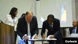 À direita Mahamudo Amurane, presidente do Conselho Municipal de Nampula e Stefano Gazzola, presidente do UNIS assinam protocolo.