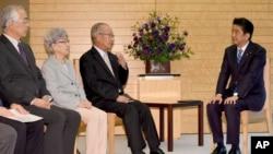 日本首相安倍2017年9月与一些被朝鲜绑架日本公民的家属会面(资料照片)