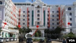 The White Sand Palace hotel in Sihanouk ville which has currently been updated with a casino nearby to welcome Chinese tourists (Sun Narin/VOA Khmer)