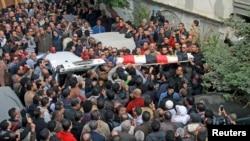 埃及民众2015年1月25日参加活动人士莎玛•萨巴格的葬礼。