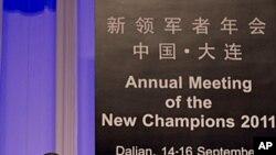 ທ່ານເຫວິ້ນ ເຈຍບາວ ນາຍົກລັດຖະມົນຕີຈີນ ກ່າວປາໄສຕໍ່ກອງປະຊຸມ ເສດຖະກິດປະຈໍາປີຂອງໂລກທີ່ເມືອງ Dalian ປະເທດຈີນ. ວັນທີ 14 ກັນຍາ 2011.